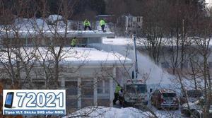 Fastighetskontoret var på måndagseftermiddagen på plats för att skotta bort snön från skoltaket. Foto: Läsarbild