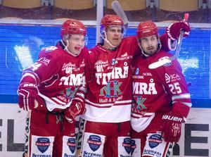 Jonathan Dahlén firar tillsammans med Andreas Molinder och John Westin.