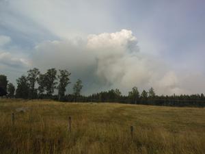 Det ryker fortfarande och blåsten har ökat. Brandkåren åker titt som tätt och fyller på med vatten.