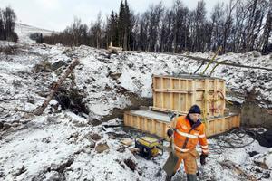 Norrmannen Runar Gemse är en av dem som jobbar med den nya fyrstolsliften i Trillevallen. Han är glad över att det är så gott som snöfritt och fritt från tjäle i marken. – Just nu är här är kjempebra, säger han.