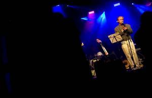 Robert Gustafsson gjorde i går kväll debut som dansbandssångare som sitt alter ego Roland Järverup.