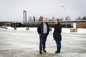 Roger Fjeldseth och Marina Viström jobbar med bygget av ett Framtidens hus i Mellansel. I april sätts spaden i jorden, strax bakom där de nu står.