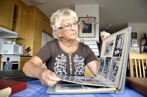 I albumet. Walfrids dotter Gunilla Pehrson tittar i pappas fotoalbum.