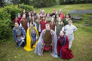 Drygt 70 personer medverkar i Arnljot, både på och utanför scenen. På scenen i år är den yngsta 3 år och den äldsta 71 år. Här är en del av ensemblen.