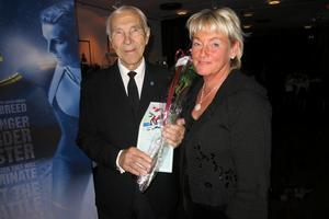Först in i skidskyttets Hall of Fame var förste olympiske mästaren, Klas Lestander från Arjeplog, som här gratulerades av vår landshövding Britt Bohlin, numera i Svenska skidskytteförbundets styrelse.