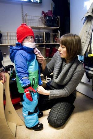 """TRÅNGTI KAPPRUMMET. Klockan 15 är det många föräldrar som hämtar på Almgården. """"Förut undrade jag vad alla andra föräldrar jobbade med, som kunde hämta sina barn så tidigt varje dag. Och hur de hade råd"""", säger Anna Thollin. Själv jobbar hon heltid men slutar tidigare en dag i veckan för att kunna hämta sonen Walle tidigare.Foto: Annakarin Björnström"""