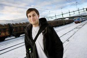 Anton Olsson står på perrongen i Östersund och väntar på att Mittlinjen ska ta honom hem till Bräcke.
