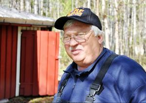 Kurt Jonsson och de andra på räddningstjänsten i Hoting har hjälpt till att vakta fördämningarna runt familjen Bölanders hus sedan i lördags.