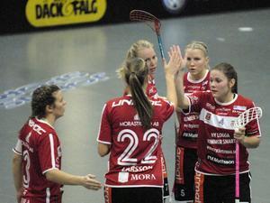 Elin Reinestrand (skymd av Amanda Larsson, 22) gratuleras av Martina Löf, Anna Wijk och Therése Karlsson.