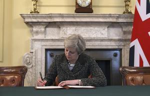 Premiärminister Theresa May undertecknar skilsmässopappren med EU.