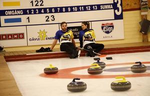 Finalen blev en lång historia. Så en stunds vila inför de avgörande stenarna kunde Anna Hasselborg och Oskar Eriksson kosta på sig.
