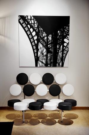 Soffan Marshmallow formgav George Nelson 1956. Den står i hallen och anger tonen i lägenheten på ett bra sätt. Tavlan är ett foto som Therése själv tagit, en detalj ur Eiffeltornet.