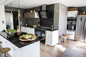 Köket blir ett naturligt nav i lägenheten och öppnar upp för umgänge.