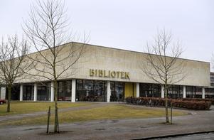 Växjö stadsbibliotek. Även biblioteken är nu byte för nättrollen.