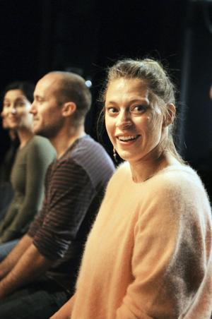 Skådespelarna återger autentiska berättelser, inflätade i varandra.