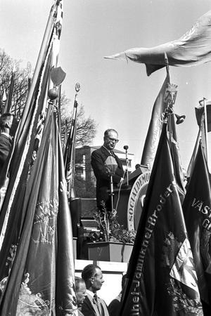Engagemang. På 1960-talet var det fart i folkrörelsen. Här håller statsminister Tage Erlander (S) sitt förstamajtal i Folkets Park i Västerås år 1961. foto: VLT:s arkiv