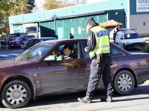 Här är det nykterhetskontroll i centrala Strömsund mitt på måndagen.