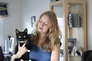 Anna Nyman i Köping har tre katter, varav busige Smirre är en. Snart har Anna även tre barn.