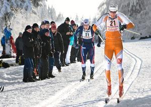 Segraren Håkan Löfström (bror till damklassens segrare)  på väg mot mål, tätt följd av Anders Palmér från Karlslunds IF.