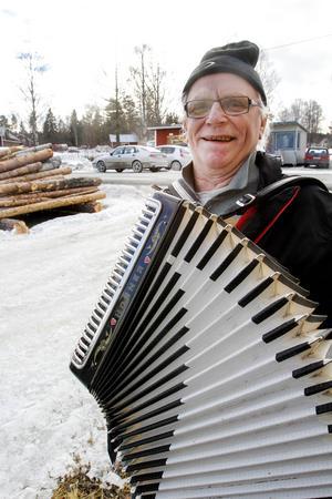 Per-Henrik Boije har flyttat hem till Jämtland och Boggsjö igen efter en 30 år lång utflykt i Gästrikland.   – Här känner jag mig hemma, säger Per-Henrik och lät dragspelet gå varmt.