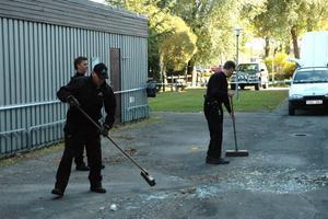 HÖGT LJUD. När glasrutorna krossade hördes en hög smäll. Först misstänktes en explosion men enligt polisen finns inget som tyder på det.