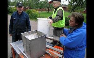 -- Rivmaskinen är också ett hempul, säger Åke Örjes.Erik Holeriks kastar ner äpplena i rivmaskinen. Kicki Jons övervakar.