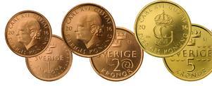 Sveriges nya mynt som introduceras den 3 oktober. De silverfärgade 1-kronorna och 5-kronorna blir inte bara mindre och lättare. De byter också färg. 1-kronan blir kopparfärgad och 5-kronan guldfärgad.