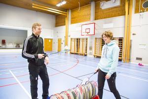 Patrik Manta och Malin Andersson är idrottslärare på Skogsbo skola. De ser positivt på en större idrottshall i Skogsbo.