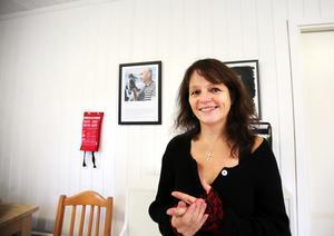 Inger Dahl säger att hon stortrivs i hemmet och arbetsplatsen vid Storsjön.