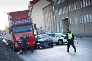 En lastbil och två personbilar var inblandade i olyckan på Södra Grev Rosengatan i Örebro på onsdagsmorgonen.