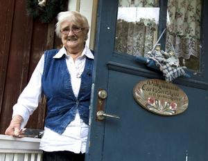 Med hemtrevnad både ute och inne trivs Ingrid Carlsson, 80 år.