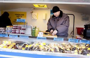 Matz Larsson säljer rökt fisk och kött samt olika tillbehör. Han berättar att efterfrågan är stor, men någon klar favorit bland marknadsbesökarna kan han inte utse.
