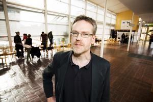 Michael Gustavsson, professor i litteraturvetenskap, menar att Högskolan i Gävle är allt för        lyhörd mot näringslivet.