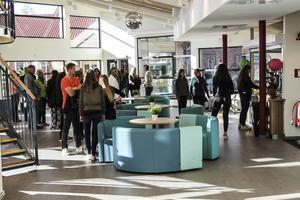 Många elever passade på att visa upp sin nya skola för släkt och vänner.