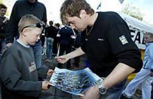 Foto: GUN WIGH Autograf av idolen. Sjuårige Marcus Gladh från Årsunda passade på att träffa bland annat Per Elofsson när skidlandslaget besökte Gävle och Stortorget i går.