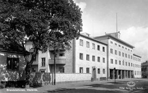Brandstation i 40 år. Västerås brandstation låg på Kopparbergsvägen från 1942 till 1982. Brandbefälet hade bostäder i huset. Foto: Vykort från sent 1940-tal