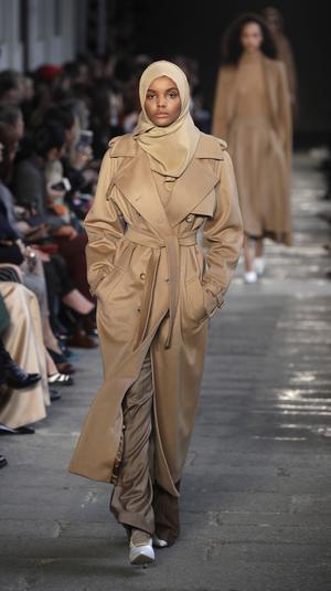 Skapar ny trend? Max Maras modell Halima Aden blev en snackis när hon gick på catwalken i hijab. Här i en stilsäker trench.