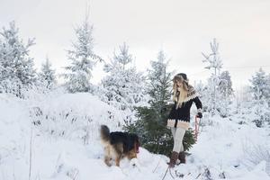Självklart ska granen vara äkta hos Jonna Jinton. Här tillsammans med sin hund Nanook.