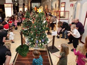 RAKETEN TJÖT. Det stampades i golvet, fortare och fortare, och till slut lyfte raket. Julgransplundringen på järnvägsmuseet lockade 200 personer.