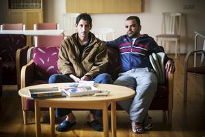 Dömda till ett liv i bortglömdhet.    – Ingen lyssnar på oss. Vi är lämnade helt åt oss själva. Migrationsverket är här en timme varje vecka, då är de flesta borta på skolor, säger Eidy Marzouka och Fadi Mohammed, från Betlehem och Yarmouk (Syrien).