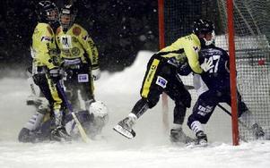 SPIKAR SLUTRESULTATET. Borlänge/Tunas Michael Pettersson gör 4–1 till B/T och blir samtidigt intryckt i Köpings bur.FOTO: ANNIKA BJÖRNDOTTER