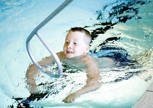 Gustav Jonsson 7 år lyckas simma 25 meter i.