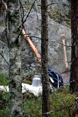 Förbi drängarnas läger i skogen är barnen tillsagda att smyga förskitigt. Det gäller ju att hitta pusselbitarna till ritningen först.