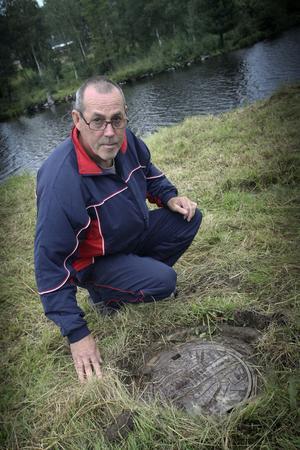 Nu finns ett lock på brunnen vid Vadeån, men när Rolf Johansson och hans familj fiskade kräftor var det bara ett hål.