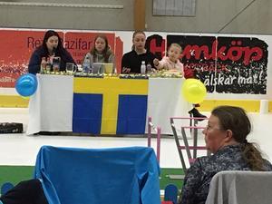 Koncentrerat vid domarbordet under SM i kaninhoppning i Hallsta Arena. Från vänster domare Malin Molin från Värmlands KH, domare Erica Svensson från Värmlands KH samt tidtagarna Lova Lindahl och Mi Lindahl, båda från Mälardalens KH.
