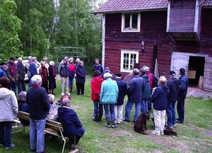 Spännande historia. Sittande Arne Bodin berättar för de församlade om nedre kvarnen (Foto) SÖREN SJÖSTRAND)
