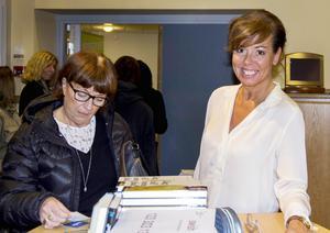 Christina Stielli är en välkänd författare, här signerar hon sin senaste bok, Jag vill vara glad.