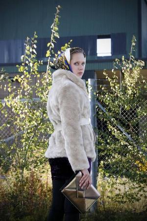 l Kort pälsjacka med läderskärp, 699 kr från H&M. Sjal runt huvudet, 99 kr från Gina Tricot.