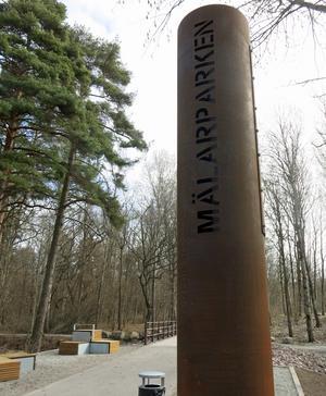 Den västra entrén till Mälarparken, vid bron över bäcken.