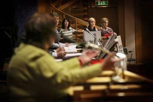 Föräldrar från Ängsmon och Ope ställde flera frågor till, bland andra, AnnSofie Andersson (S) under allmänhetens frågestund på kommunfullmäktiges möte i går.